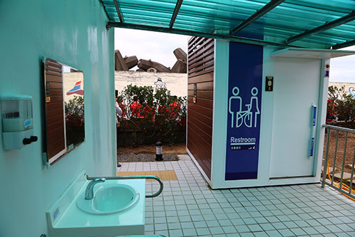 亮麗的友善的親子無障礙廁所及性別友善廁廁所設施。(圖基隆港務分公司提供)