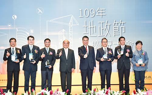 行政院長蘇貞昌(左四)及內政部長徐國勇(左五)與地政貢獻獎得獎人合影