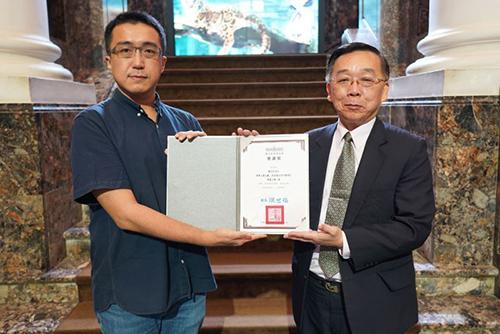 文化部台博館館長洪世佑(右)致贈感謝狀予《雲之獸》作者漢寶包(左)