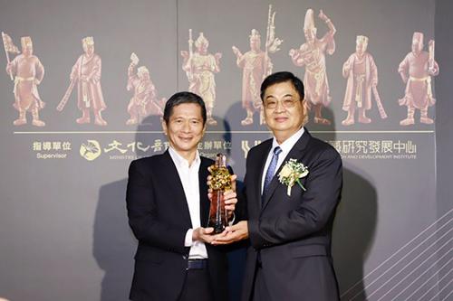 文化部長李永得頒授獎座予第14屆「國家工藝成就獎」木雕工藝師陳啟村先生