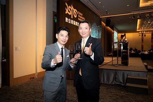 永慶房屋業管部協理陳賜傑代表領獎(右)