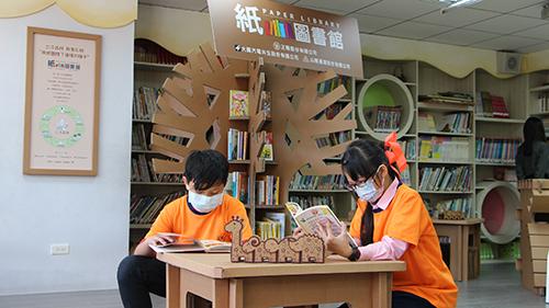 積穗國小學生徜徉在紙圖書館閱讀世界