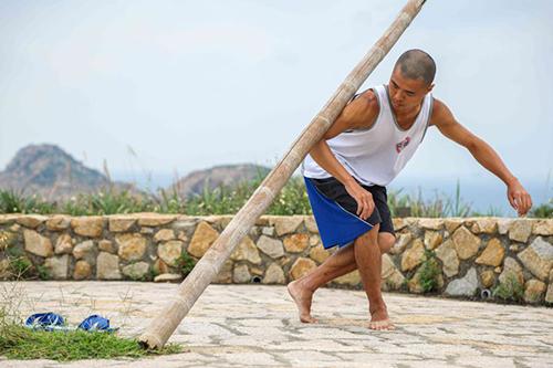 在東莒島上每日練功的鍾志文表現身體與地景的對話