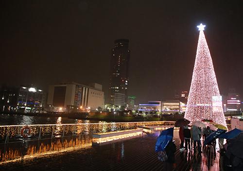 基隆港邊限定 台灣頭最靠海聖誕樹耀眼點燈