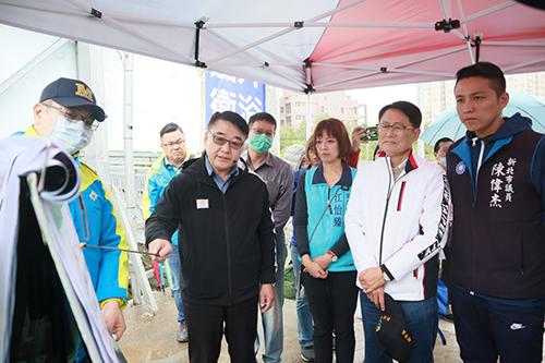 新北市副市長陳純敬視察淡海輕軌人行道五標工程,並聽取養工處簡報。(新北市工務局提供)