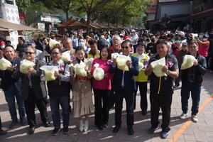 南投縣長林明溱與500民眾一起手作泡菜