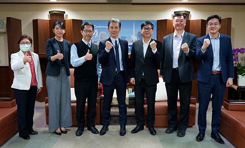 高雄市長陳其邁與英特格總裁謝俊安合影