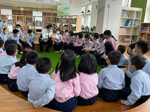 新北市教育局長張明文特別擔任說故事爸爸為孩子們講繪本故事