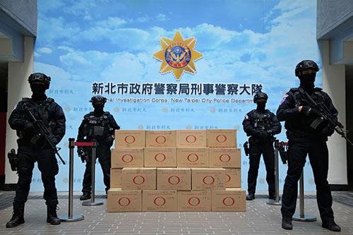新北市警局查獲毒品成果豐碩,29日由荷槍實彈霹靂小組戒護送往銷毀。(記者孫曜樟翻攝)