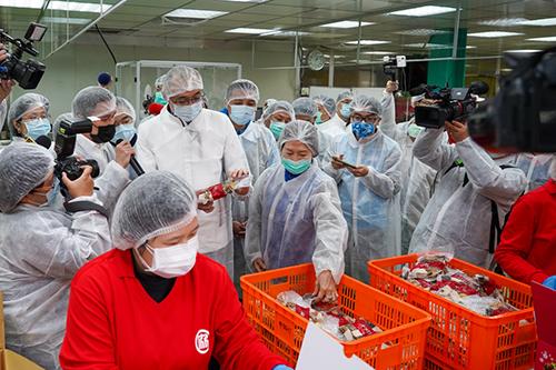 新北市謝政達副市長拜訪老協珍八里工廠,視察豬肉相關產品標示情形。(記者孫曜樟翻攝)