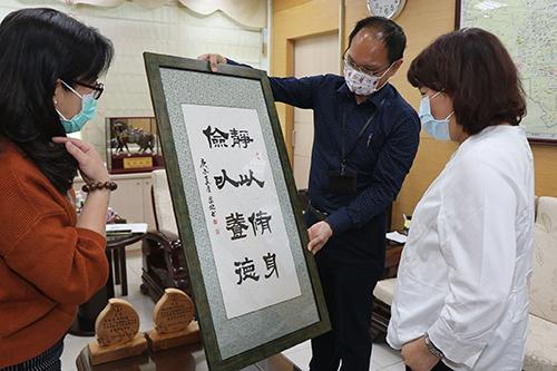 嘉義市書藝協會書藝大展獲金牌 市長黃敏惠頒贈獎牌