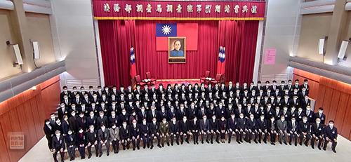 法務部調查局第57期學員結業典禮,總統蔡英文親臨主持期勉,並與學員合影。(記者孫曜樟攝)