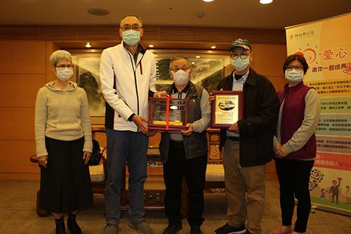 蘆洲木工師傅楊懷仁播下種子 弟弟及鄰居受感動合捐復康巴士