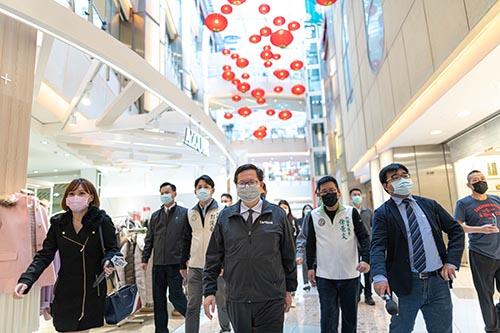 桃園市長鄭文燦視察大江購物中心防疫措施,讓消費者買氣回籠