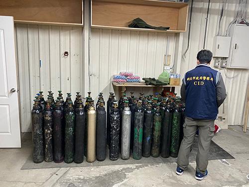 新北警、環聯手查笑氣 新莊搗破倉庫扣83支鋼瓶
