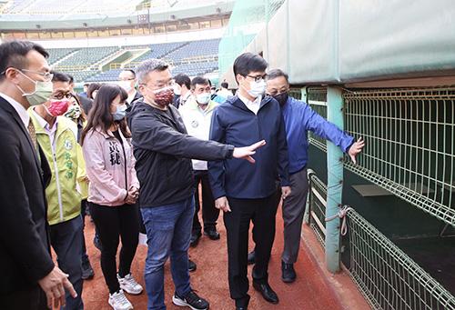 高雄棒球迷福音!市長陳其邁宣布中職一軍賽事重返澄清湖