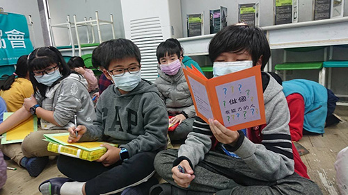 寒假學習營首創反毒手工書 學童開心說:我反毒我驕傲!