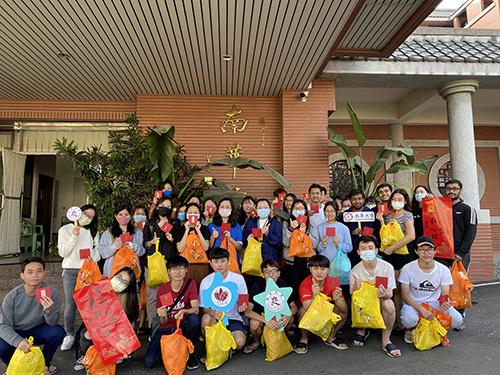 南華大學送福袋 境外生體驗傳統手作歡喜迎新春