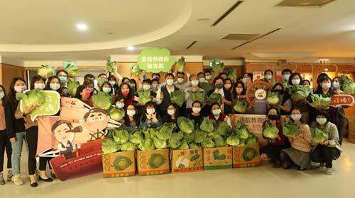 台南市教育局長帶頭認購300公斤高麗菜,並鼓勵各校響應支持農民