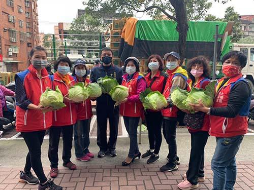 高麗菜價直直落 土城里長偕企業認購5萬公斤助菜農
