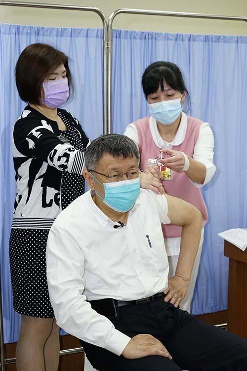 帶頭施打AZ疫苗 柯文哲:北市改成1cc針具接種 可降低痛感並提高疫苗施打率