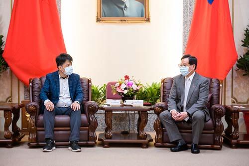 立法院副秘書長高明秋接見「台北市旅館商業同業公會」韋建華理事長