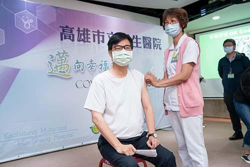 挽袖接種武漢疫苗 陳其邁:短暫針刺疼痛換來保護力