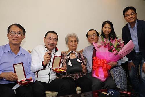 一台縫紉機織出幸福的家 陳吳玉鳳榮獲模範母親