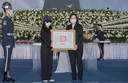 總統親頒褒揚令 表彰潘穎諄少校對守護國家安全的努力和貢獻