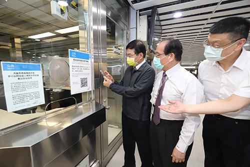 防疫升級 交通部長王國材視察台北車站「簡訊實聯制」導入狀況